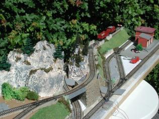 Bahn mit zwei Bergen von oben